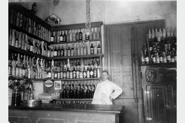 [Foto 13195] Interior de un bar. s/f. Foto tomada de: http://cdf.montevideo.gub.uy/fotografias/bares-y-almacenes#