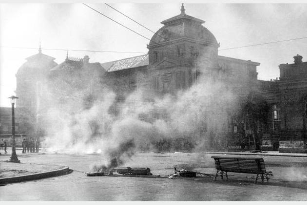 Gases arrojados por la Policía durante una manifestación estudiantil. Facultad de Medicina. 5 de setiembre de 1968. (Autor: s.d. Fotógrafos de El Popular).  Fuente: http://cdf.montevideo.gub.uy/exposicion/de-los-anos-sesenta-al-golpe-de-estado#