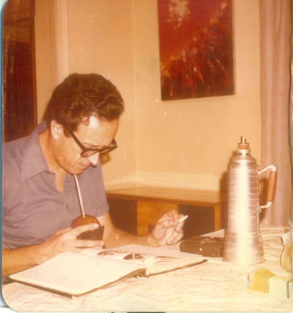 Galmés en su casa (abril-mayo de 1978). Original en la SADIL, FHCE, Universidad de la República.